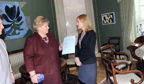 RAPPORT: Barneombud Anne Lindboe overleverte fredag en rapport fra intervjuer med mobbeofre til statsminister Erna Solberg. Foto: Helge Rønning Birkelund, ANB