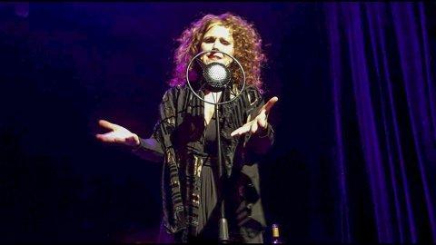 BEGEISTRER: Karin Fristad synger og tolker Edith Piaf i forestillingen «Angrer ingenting» på Victoria Scene i Oslo, til stående applaus og fulle hus. Foto: Privat