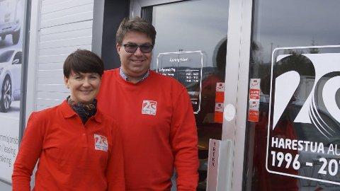 JUBILEUMSKLARE: Elisabeth og Frode Hanserud inviterer til Harestua Autos 20-års jubileum fra 19. mai og hele 14 dager fra til juni. Det gleder de seg til.