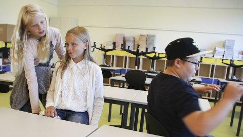 STOLTRIVES: De påtroppende femteklassingene Henriette Fuglehaug-Wetting (9), Tuva Werner (10) og Sjur Hvalsbråten (10) likte spesielt godt snurremuligheten på stolene.