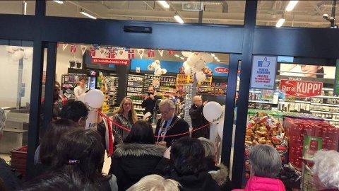 Ordfører Willy Westhagen klippet snora da Europris åpnet torsdag.