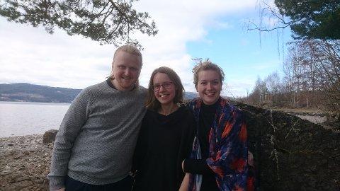 SALMER: Øyvind Hovde (fra venstre), Ingrid Eskeland Wesenberg og Sigrun Hasselgård Bøe formidler salmer i Mariakirken etter påske.