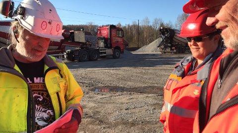 Ole Helgerud i Holtet pukk og betong i samtale med Heidi Egge og Leif Solberg fra Statens vegvesen. Holtet leverte 50 kubikk med betong til fundamenterng av kulverten under jernbanen.