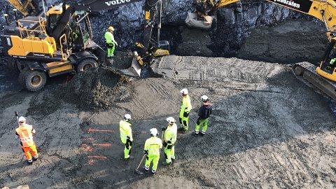 Da vi var innom var jernbanen delt i to, stein var sprengt og gravd vekk - og fundamentering til kulvert var i gang.