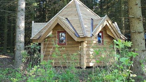 Ny hytte: Røysum barnehage, med små og store, gleder seg til mange fine utedager i denne hytta.