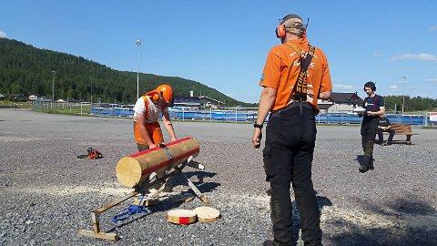 MOTORSAG: Dommere og deltaker i dyp konsentrasjon i motorsagtevlingen. Foto: Synnøve Espen Bratvold