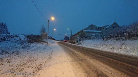 Snøfallet gir glatte veger. Dette er i bakken på fylkesveg 241 på Jevnaker, på vegen mot Klekken. Vogntoget var berget like over klokken 8.