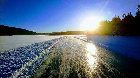 IDYLL PÅ ISEN: Det er som regel stor aktivitet på isen på Harestuvatnet gjennom vinteren. Nå begynner isen å bli tykk og runden brøytet. ARKIVFOTO