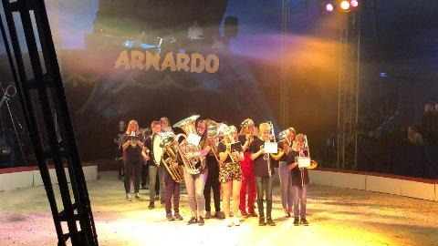 ÅPNET FORESTILLINGEN: Da Cirkus Arnardo besøkte Brandbu tidligere i år, deltok Brandbu skolekorps med spill.