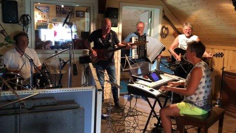 INNSPILLING: Eli Ulle Holter sammen med Kjell Vidars i innspilling av Sommer på Hadeland.