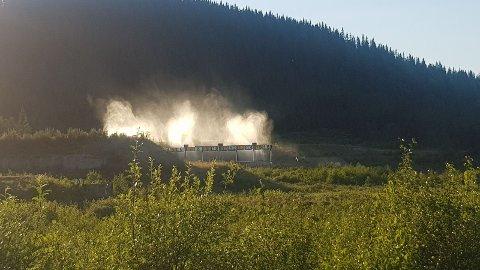 I FULL GANG: På Lygna er snøproduksjonsanlegget i gang midt i juli. Vanndusjens hensikt er å redusere skogbrannfaren.