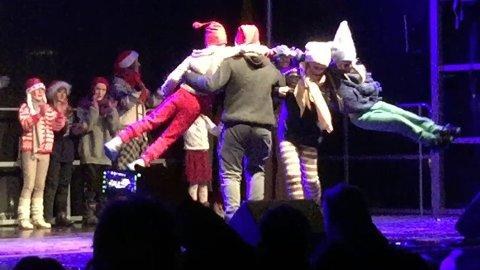 Vilde fra da Jevnaker leikarring danset «svevedans» ala i vignetten på Norge rundt på julegateåpninga 30. november 2018