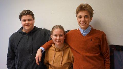 10 POENG: Magnus Lehre, Helena Vesteng og Emil Solan Gorset leder klassequizen.