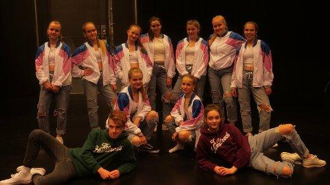 UNIFORMERT: Dansegruppa Goodvibe stilte opp i like jakker.