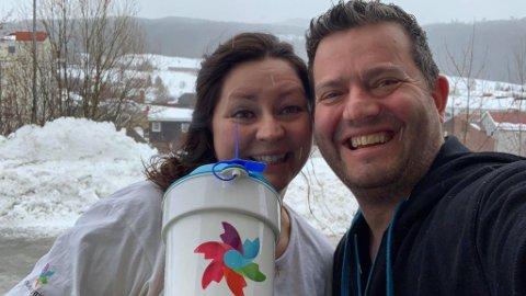 IMPONERTE: Linda Eidsand Skiaker har vært aksjonsleder lokakt og Morten Midtbø leder hovedkontoret på Hamar. Midtbø var med på Hadeland hele søndagen, og var med til siste krone var talt opp.