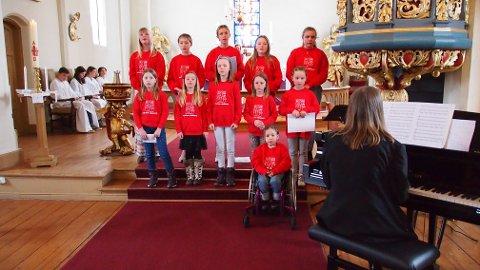 SANG OG MUSIKK: Tingelstad kirke med Brandbu Barne- og Ungdomskantori. Kantor og korleder Marit Wesenberg akkompagnerer mens konfirmantene som hjelper til under gudstjenesten, sitter i bakgrunnen.