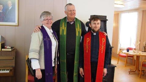 MANNEKENGER: Prestene Kari Lette Pollestad Høghaug, Helge Haukeli og Daniel Håkegård viser stolaer i ulike liturgiske farger.