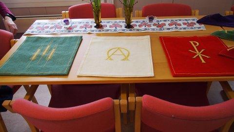 Prekestolkleder i liturgiske farger.
