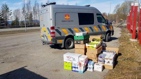 ALTFOR TUNG LAST: Varebilen måtte laste av 800 kilo med matvarer før den fikk kjøre videre fra rasteplassen ved E16 mellom Sollihøgda og Sundvollen.