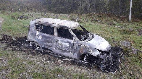 UTBRENT: Denne stjålne bilen ble funnet helt utbrent litt ovenfor toppen av Lynnebakka, på vegen mot Sagvollen, lørdag morgen.
