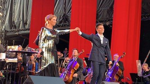 MED STORM: Publikum var rause med applausen, og det var vel fortjent. Atle Pettersen, Eli Kristin Hanssveen og Kringkastingsorkesteret sikret et fantasisk show på Ulsnestangen fredag kveld.