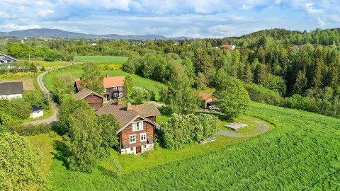 SELGES: Eivind og Katrine Scharffenberg selger denne eiendommen i Tingelstad.