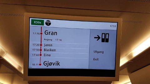 FORSINKET: Klokka nærmet seg 18 da toget omsider ankom Gran. Deretter skulle det videre til Jaren og retning Gjøvik.