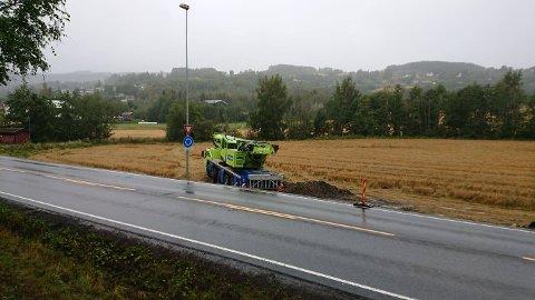 VENTER PÅ REPARASJON: Mobilkrana står fremdeles på jordet langs riksveg 4. Nå ventes det på reparasjon før den skal kjøres opp på vegen.