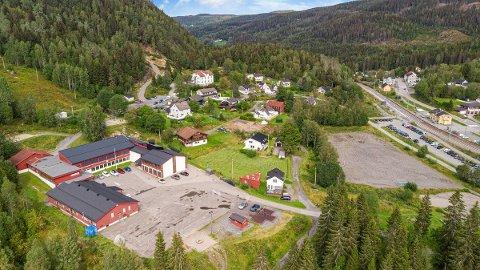 KJØPTE EIENDOM: Lunner kommune har kjøpt Sagvegen 10 på Grua. Det er den midterste av de tre eiendommene som ligger inntil skolen.