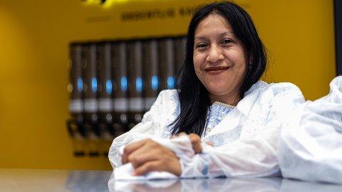 Josefa Eveliq Hernàndez (38) fra Guatemala leverer kaffe.