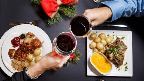 Julemat og alkohol kan bli plagsomt for magen og mange sliter med sure oppstøt og halsbrann i jula.