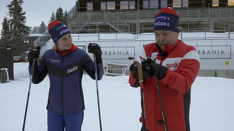 """TRENER: – Jeg lærer noe nytt på hver eneste trening, sier Yvette Hoel om jobben som skitrener i """"Idretten skaper sjanser"""". Her sammen med Morten, en av hovedpersonene i serien."""