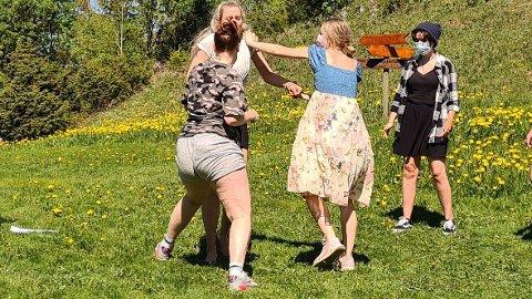 JENTEKAMP: Sjalusien blomstrer, og ungjentene går løs på hverandre.