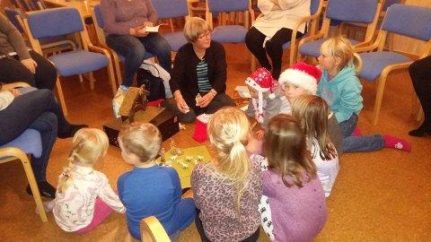 STARTER OPP: Samling på barneklubben med Karin prest.