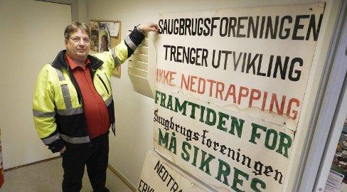 Misnøye: Paul Kristiansen med fanene som de ansatte brukte da de gikk i protesttog mot fabrikkledelsen for 30 år siden. – Innholdet gjelder også i dag, mener Saugbrugs hovedtillitsvalgt.