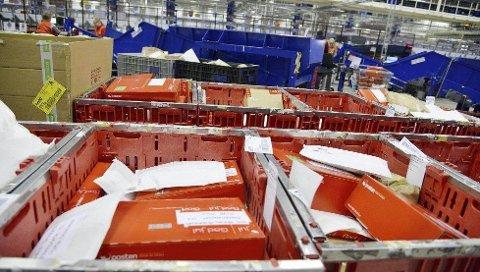 HEKTISK: Enorme mengder post og pakker skal gjennom Postens sorteringssentraler i dagene før jul.