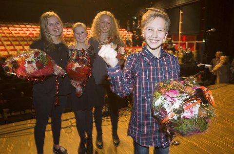 SÅ GLAD BLE SANDER STAAL: Bak ham ser vi Anniken Hillestad (tv), Aurora Berger Grosvold og Hedda Harboe.
