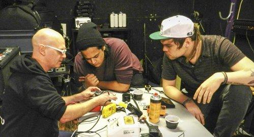 Nå VIRKER DEN IGJEN!: «Bernie» instruerer, mens Stian og Magnus følger nøye med.