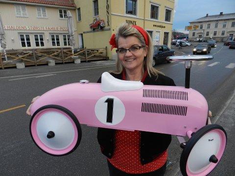 Slike lekebiler har blitt populære dåpsgaver, forteller Anne Grete Aronsen.