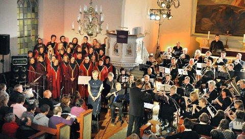 JULEKONSERT: Konserten i Asak kirke trekker stinn brakke til tross for konkurransen fra «Grevinnen og Hovmesteren» på TV.