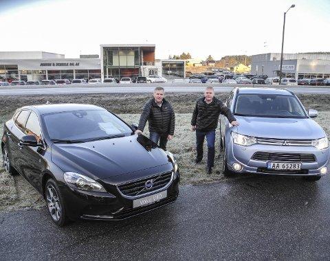 POPULÆRE BILER: Volvo V40 og Mitsubishi Outlander topper salgslista over nye biler. – Det er artig, sier Roger Jensen (tv) i Jensen & Scheele Bil og Kjell Åge Holter i Jensen & Scheele Auto.