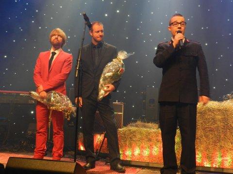 Håkon Ohlgren (tv) og Øystein Karlsen mottar blomster fra Frelsesarmeens Oscar Andersen.