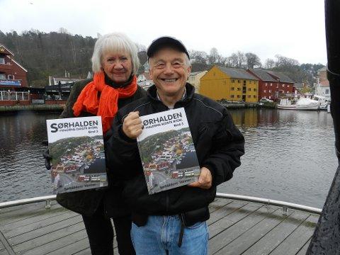 Redaksjonen: Aase Larsen og Kai Andersen viser stolt fram «Sørhalden-Haldens eldste bydel – bind 3».