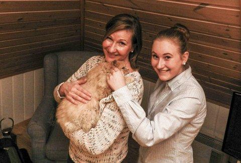 Hjem til jul: Renate Storvoll Unneberg og datteren Ingelin med «Petter VI». Foto: Steinar Omar Østli
