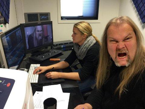 """Jørn Lande i studioet til Omni Produksjon sammen med Linda Bokerød for å redigere musikkvideoen til """"Walkin on water"""". Den nye plata til Lande og Trond Holter handler om Draculas liv."""