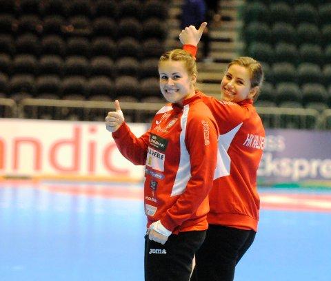 Martine Moen (til venstre) og Marte Haugsten er i gang med oppvarminga i Oslo Spektrum.