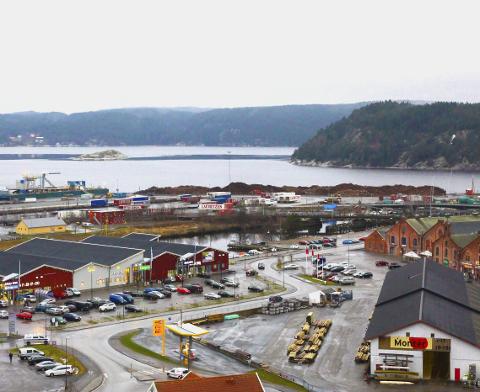 HØVLERIET: Miljøpartiet ved Vibeke Julsrud peker på både parkering, byggestil og det at elvebredden er i ferd med å bli bygget inn.