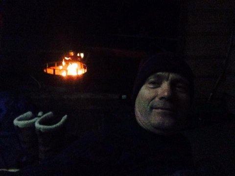 UTE: Ordfører Thor Edquist tok selfie ved bålet.