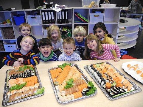 – Det er moro å lage sushi, sier foran fra venstre Matheo, Shareef, Caspian, og Tuva. Bak fra venstre Magnus, Isabell, Grunde og Maiyen.