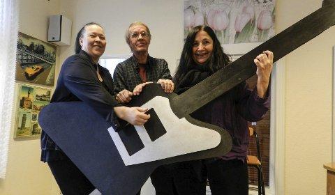 SPILLER OPP: May-Britt Westby, Thorkil H. Lindskog og Wenche Erichsen tar en luftgitar-solo på «Gitarmonumentet» til ære for alle artistene som stiller opp på det musikalske rekordforsøket Halden-døgnet. Foto: Morten Paulsen
